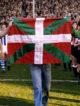 Baskerderbyet i 1976. Kortabarria og Iribar bærer ut det baskiske flagget.